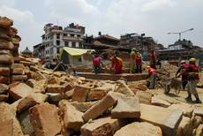 Káthmándú - odklízení trosek na náměstí Darbar pokračuje