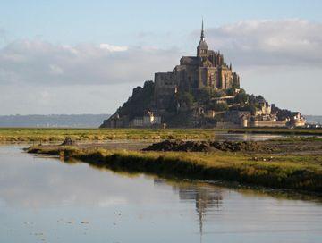 Svítá na Mont Saint Michel