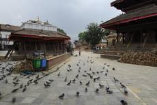 Káthmándú - odklízení trosek na náměstí Darbar, náměstí je již částečně zpřístupněno