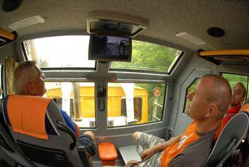 Na obrazovce lze sledovat záběry před vozidlem