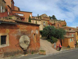 3659e46ca8b8 Malebné městečko Roussillon (rusijon) obklopené okrovými lomy. Jednoduché,  ale přirozeně malebné fasády domů v na první pohled nezapřou staleté  dědictví ...