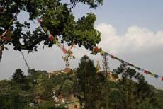 Svajambhunáth - stúpa stojí, uklizí se trosky jednoho z kláštěrů