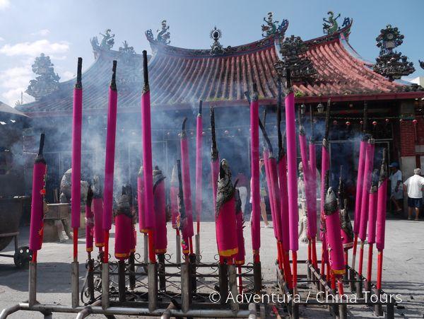 Vonné tyče před čínským chrámem
