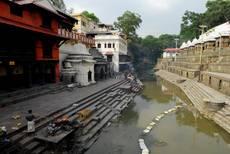 Pašupatináth - posvátné gháty i klášter byly vážnějších poškození ušetřeny