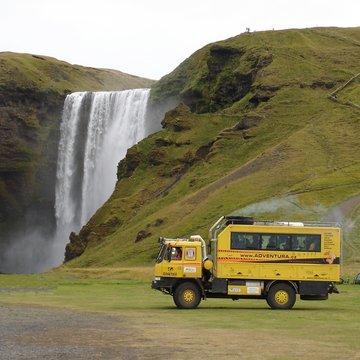 Tatrabus pod vodopádem Skógafoss, Island
