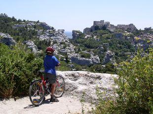 49d7ad9d48c5 Les Baux (les bó d prováns) je unikát sevřený skalami, obydlený už více než  5000 let. Ve středověku bylo sídlem pánů, údajně potomků samého Baltazara,  ...
