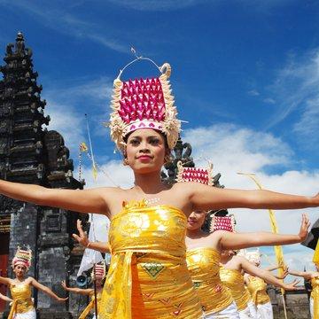 Balijské tanečnice na chrámové slavnosti