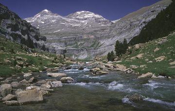 Pyreneje - pohled na Monte Perdido z kaňonu Ordesa