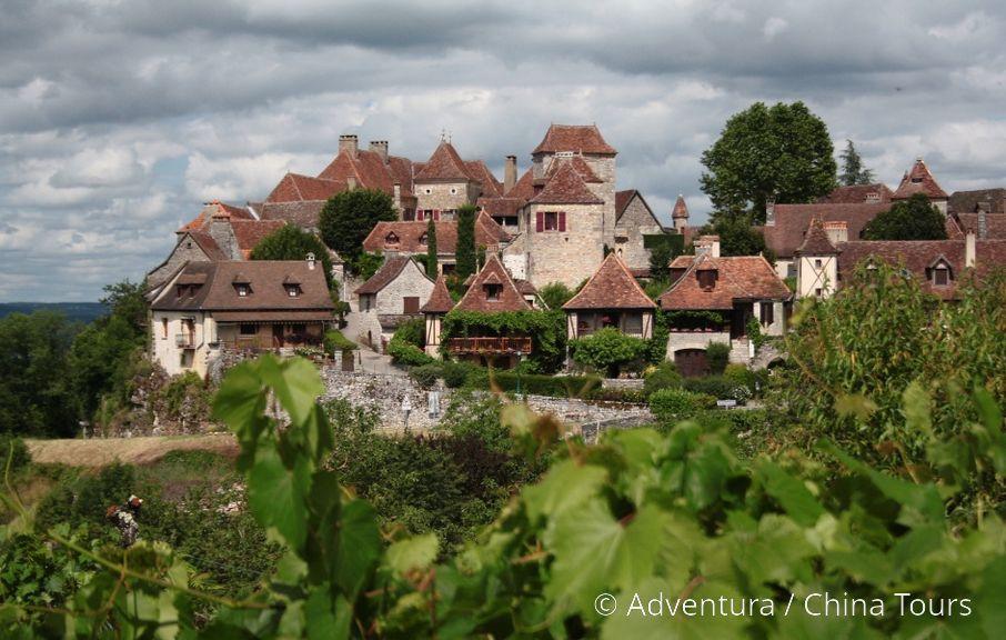 Opevněná ves Loubressac oplývá výhledy i vinicemi