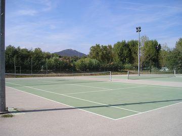 Tenisové hřiště v kempu (Port Grimaud)